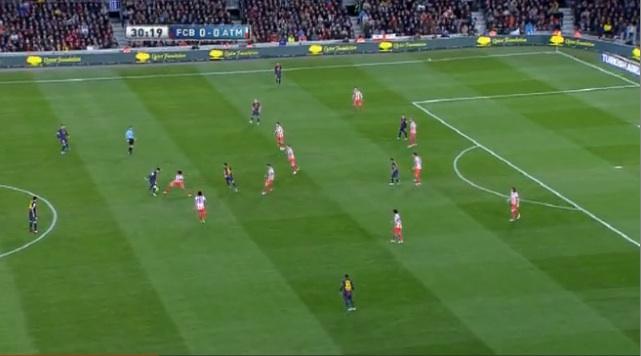 Diego Costa antizipierte den Rückpass auf Messi und attackiert diesen. Nach dem Ballgewinn...