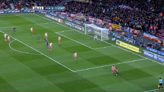 """Adriano erhält nach einer Spielverlagerung von Iniesta den Ball am rechten Flügel. Er hat keine Anspielstation, eine Flanke auf die """"Kopfballungeheuer"""" in der Mitte ist keine Option."""