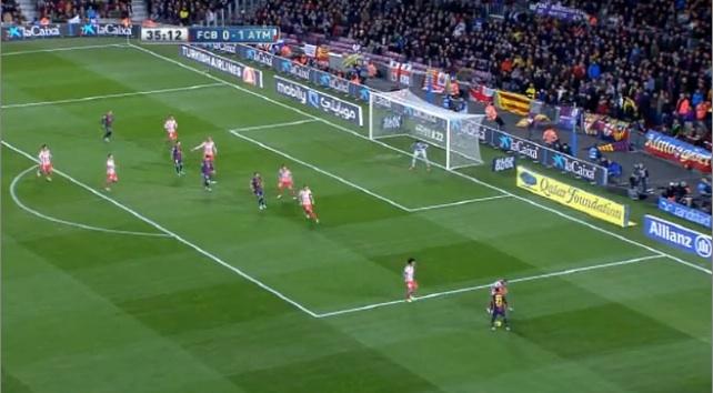 Ein Mittelfeldspieler kommt zum Doppeln. Adriano hat keine Anspielstation und kein Tempo: Was tun? Er läuft diagonal vom Tor weg und schießt mit links in den linken Winkel.
