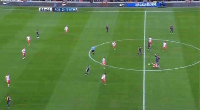 Atletico rückt bei einem eigenen Konter nicht im Kollektiv auf. Die Abwehrreihe bleibt zu tief. Nach dem Ballverlust klafft eine riesige Lücke zwischen Abwehr und Mittelfeld.