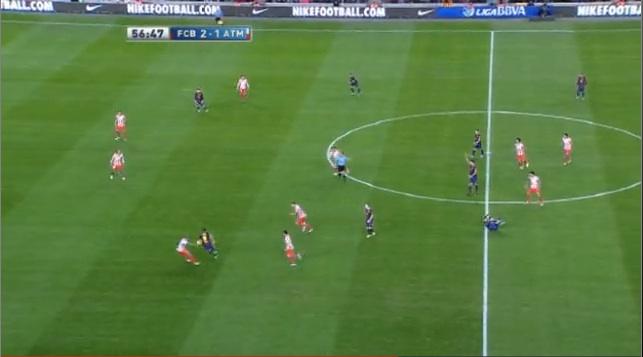 Mit etwas Glück kommt der Ball zu Sanchez auf dem linken Flügel. Sofort sucht er mit einem Diagonallauf den freien Raum...