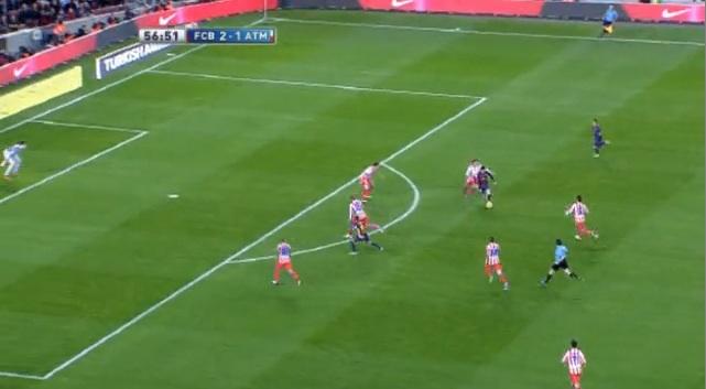 ...und findet Messi. Dieser vollendet wie gewohnt aus knapp 20 Metern. Stark, wie Sanchez nach dem Pass in die Schnittstelle geht und Messi so den Weg frei macht.