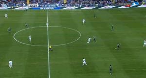 In dieser Szene - wo der eine Stürmer von Ramos ausgespielt wurde - sieht man gut, wie unterschiedlich sich die Achter positionieren konnten und ein 4-2-3-1 oder 4-4-2 herstellten