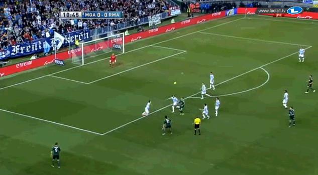 eine der wenigen Aktionen Arbeloas in der Defensive, wo er Marcelos diagonale Spielweise kopierte - es ist auffällig, wie weit links der Flügelstürmer steht; und dass es in dieser Situation Benzema ist