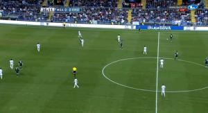 In dieser Szene sieht man wohl ein Bild, dass an diesem Abend bei Real Madrid öfter vorkam und bei Barcelona in der gesamten Saison nicht - mangelnde Bewegung in der Mitte und ein unbesetzter Raum innerhalb der gegnerischen Formation