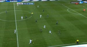 die Folge von Ronaldos mangelnder Defensivarbeit: Xabi musste auf die Seite verschieben und Özil sich ballfern zwischen Di Maria und Khedira fallen lassen. Für beide Akteure (und somit die Mannschaft) keine passende Aufgabe