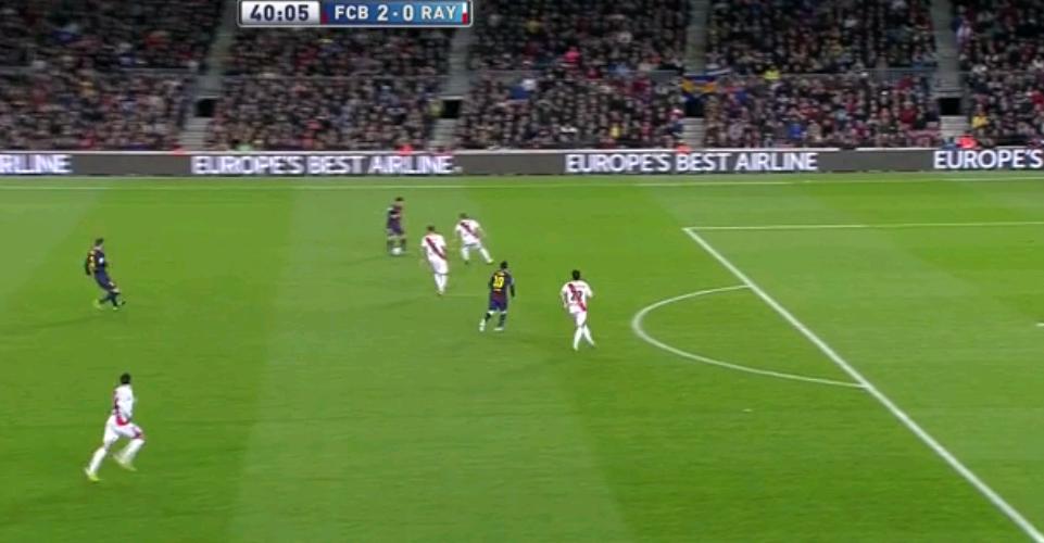 Beim 2:0 ist es ein einzelner Spieler, der tiefer steht und dadurch einen Raumpass auf Messi ermöglicht. La Pulga verwandelt sowas dann auch eiskalt.