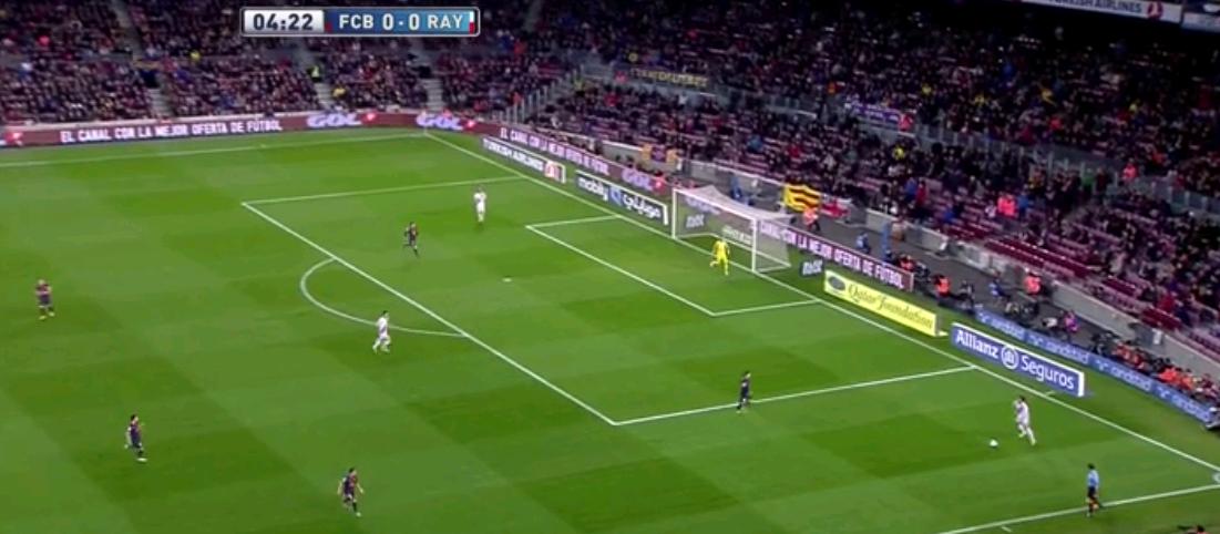 Um dem Pressing der Katalanen zu entgehen, formierte sich Rayo oftmals in fast absurden Stellungen im Aufbauspiel. Alle Mittelfeldspieler zeigten sich sehr beweglich, die Innenverteidiger gingen manchmal extrem weit nach hinten und in die Breite.