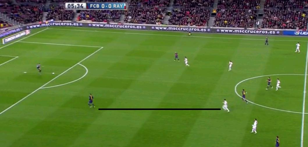 Das herausrückende Pressing zwingt also Barcelona zurück zu ihrem Torhüter, anstatt ihnen einen neuen Angriff zu ermöglichen. Damit das auch wirklich klappt, rückt der halblinke Sechser im Sprint auf den freien Pique.