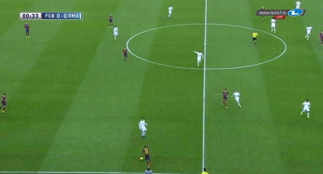 Real presst im 4-3-3, Cristiano Ronaldo orientiert sich hier an Alves.