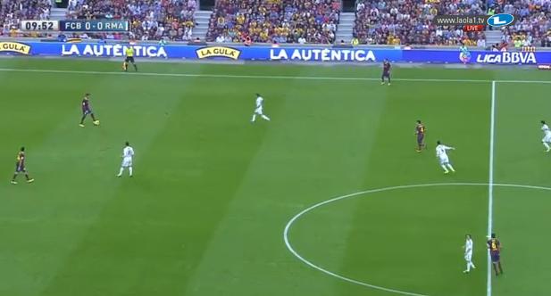 Di Maria schiebt auf den rechten Innenverteidiger, während Ramos sich an Fabregas orientiert und höher steht als Khedira, der halbrechts für zwei Leute absichert.