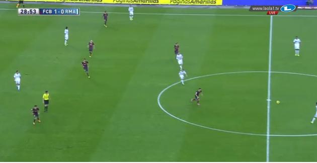 Barcelona presst, Messi steht als RMS vorne, Fabregas hat seine Position übernommen.
