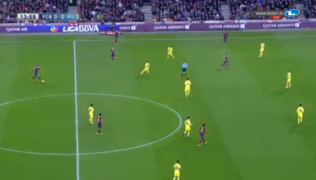 Piqué schiebt ein bisschen nach vorne mit Ball am Fuß, die Räume sind ja offen.