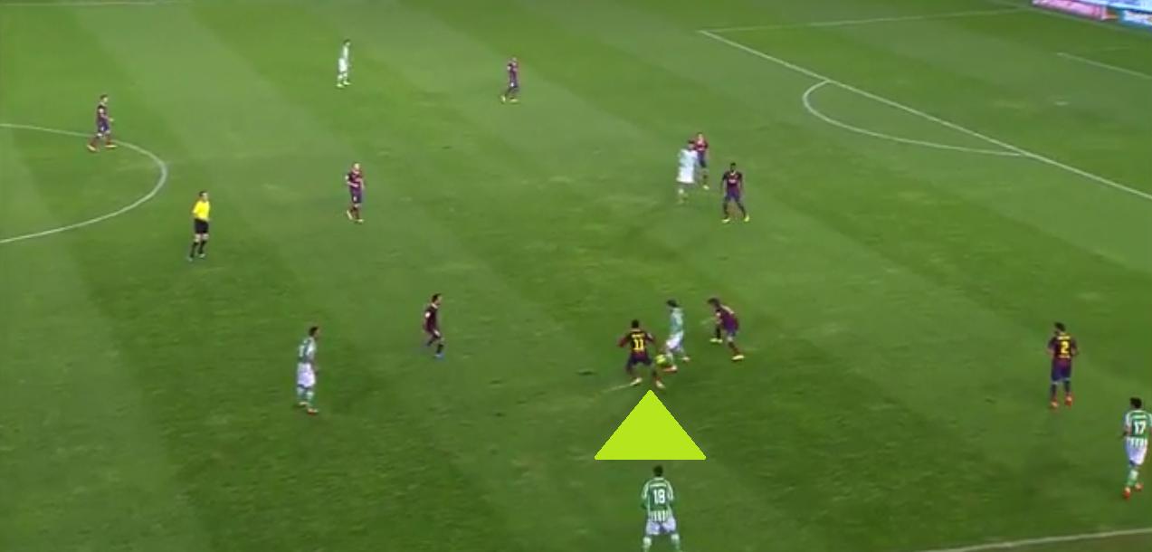 Hier unterstützt Neymar gegen Betis seinen Mitspieler, stellt den Gegner zu, rückt von seiner Position ein und verhindert ein Anspiel durch den Deckungsschatten.