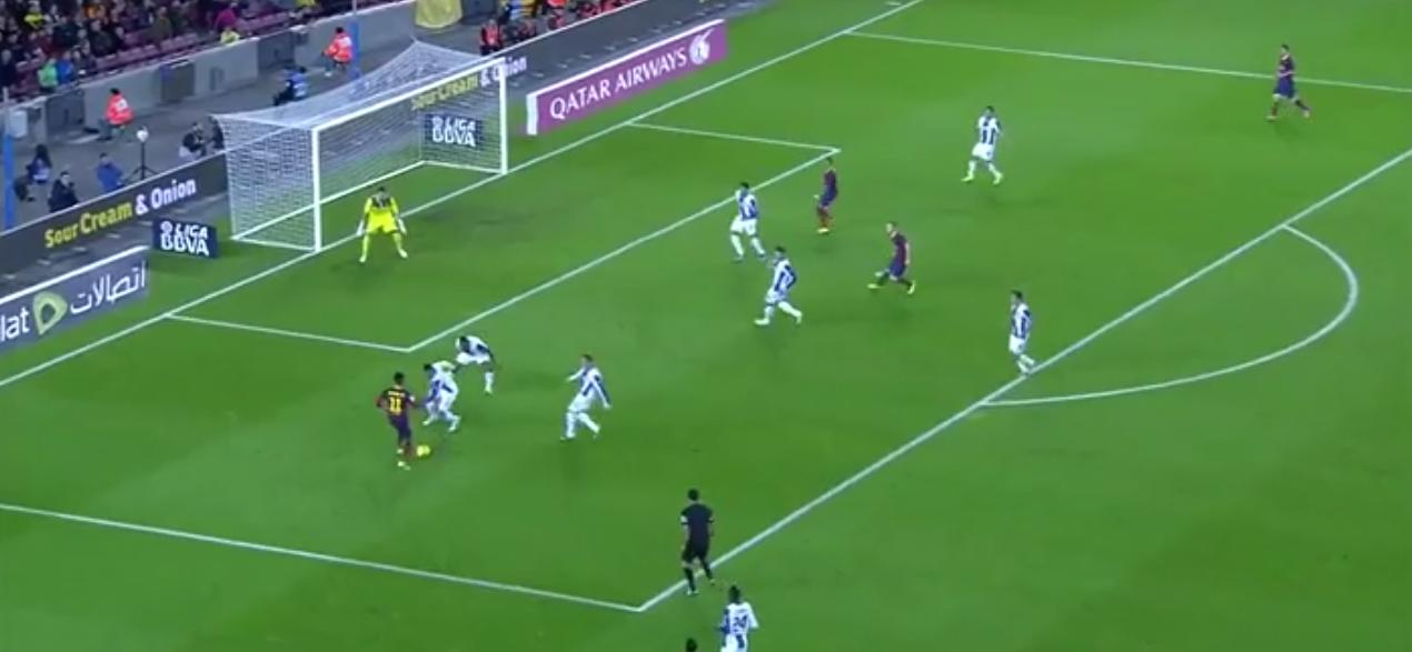Die ultimative Kombination von Spektakel und Effektivität: Neymar tunnelt in der unmöglichen Situation einfach beide Spieler und erkennt den freien Raum am zweiten Pfosten. Tor!