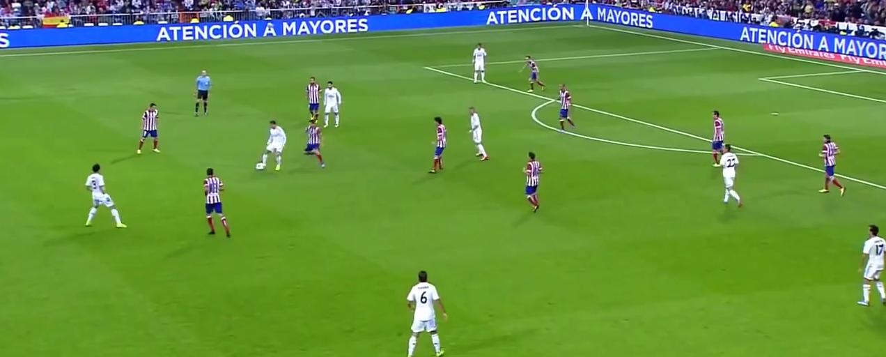 Ronaldo dreht sich in den Ballverlust als Möchtegernnadelspieler, anstatt den offenen Raum vor sich selbst bei der Ballannahme anzuvisieren.