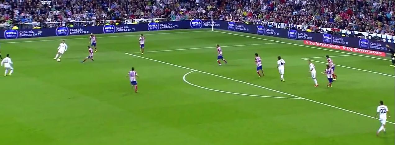 Zu wem? Cristiano spielt den Pass an seinem Mitspieler vorbei zum Gegner.