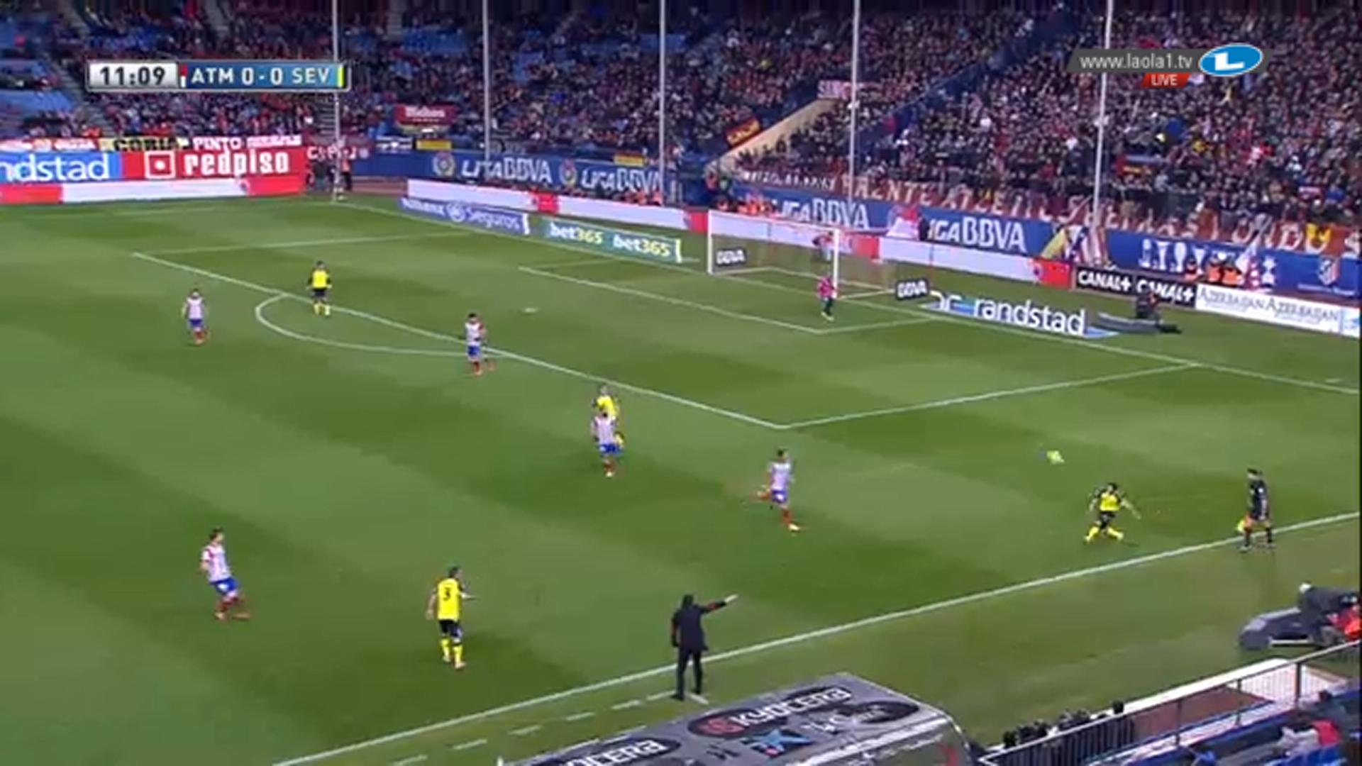 Atlético erzeugt im Angriffspressing situativ sogar eine 4-3 Überzahl gegen Sevillas Aufbaudreierkette. Alle ballnahen Spieler sind für den Außenverteidiger zugestellt. Ihm bleibt nur der Befreiungsschlag.
