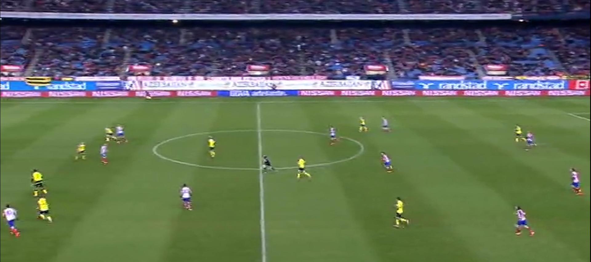 Sevilla presst im 4-1-3-2. Der rechte Stürmer hat den Torwart angelaufen, um den langen Ball zu provozieren.