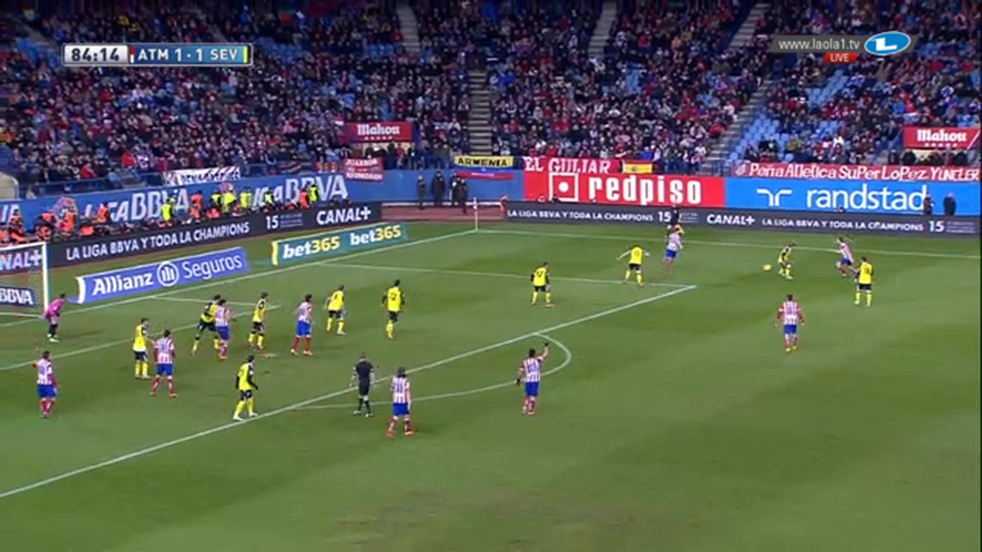 Sevillas Viererketten verschmelzen zu einer stark eingerückten situativen Achterkette und auch die beiden Stürmer stehen im eigenen Drittel. Da jedoch nur einer der Stürmer im Zentrum verbleibt, stehen gleich drei Spieler Atléticos im Rückraum für die Verwertung von Abprallern bereit.