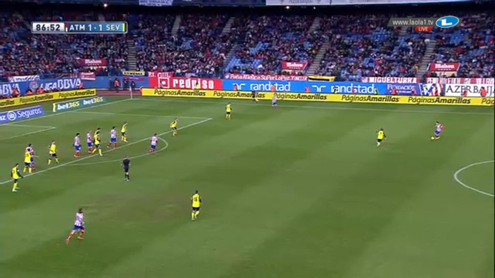Die Viererketten sind erneut zur Achterkette verschmolzen. Atlético lässt sich in Hoffnung auf Abpraller zum langen Ball verführen.