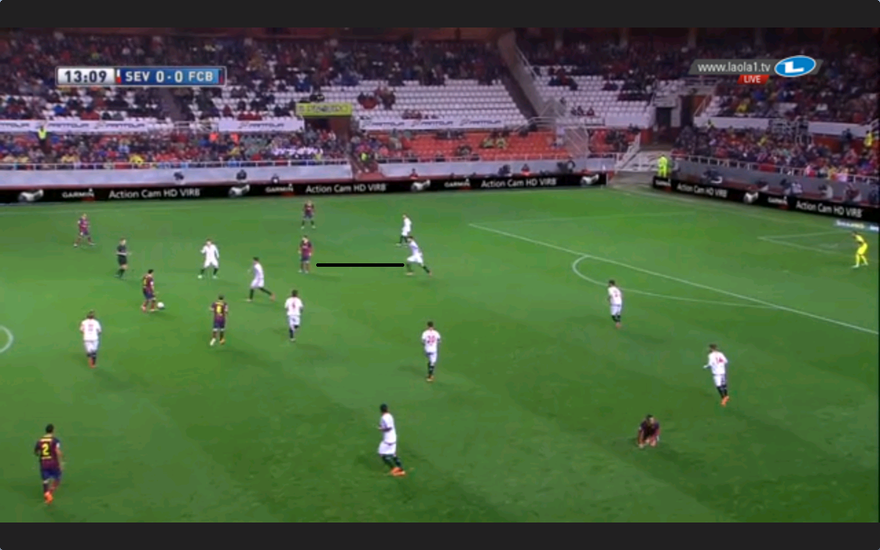 Herausrücken auf Messi, weil das Mittelfeld es in der akuten Situation nicht tun kann.