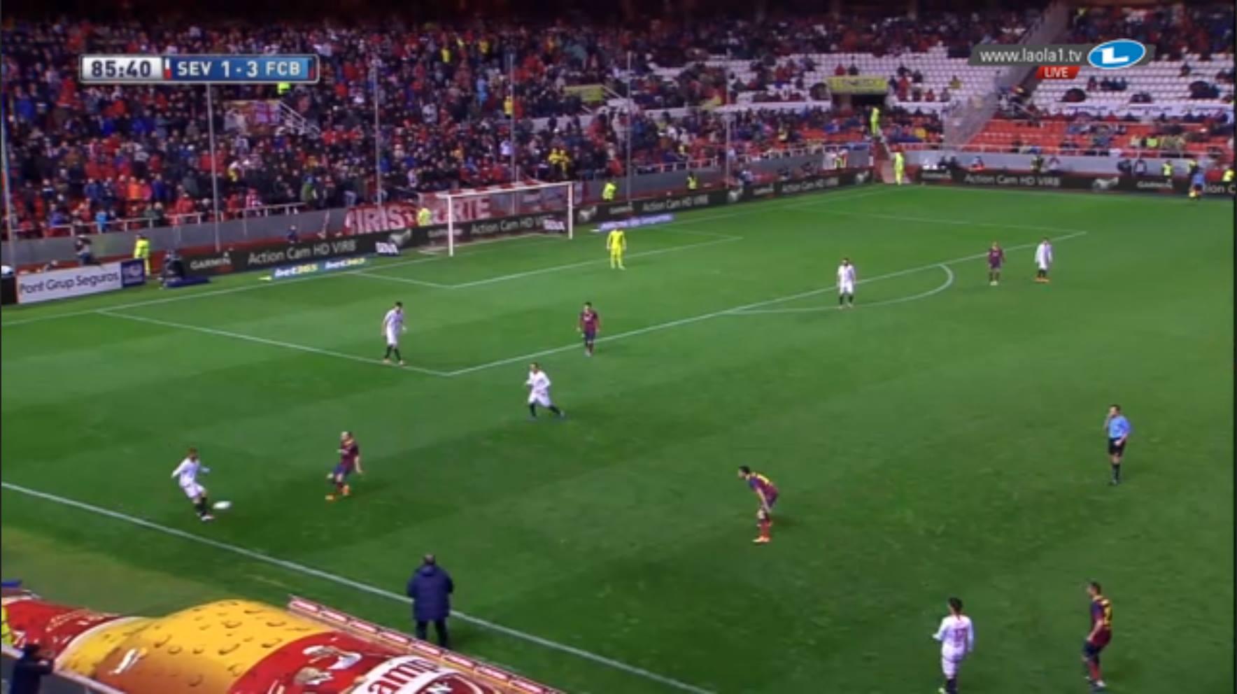 Was Sevilla kann, können wir auch, denkt sich Barcelona. Aber sie machen es nicht über Manndeckung, sondern über den Deckungsschatten: Den Schiedsrichter decken.