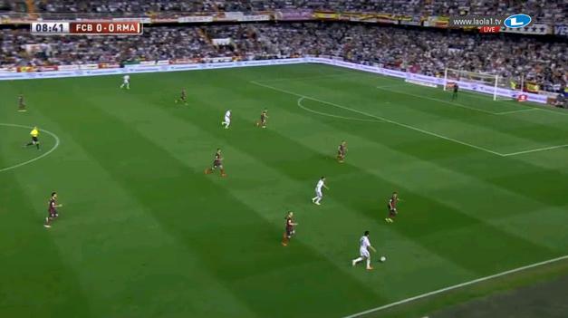 Iniesta steht links tief, die Achter sehr hoch. Doch Busquets schafft es, dass er durch sein gutes Anlaufen den Angriff noch abwürgt, bevor er gefährlich in die Mitte kommen kann. (Busquets lässt den Spieler zentral anspielen und holt sich den Ball)