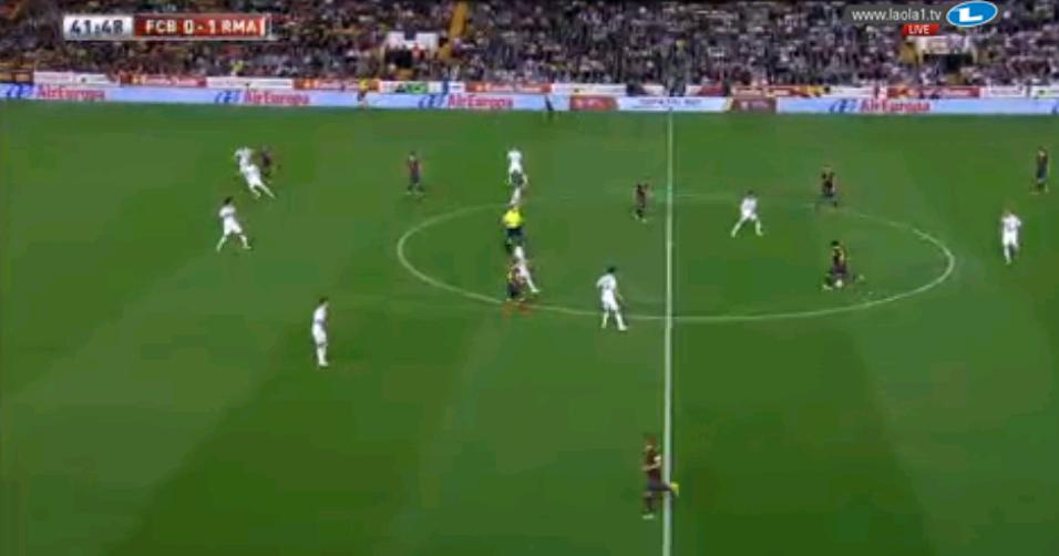Iniesta und Cesc stehen in einer Vertikallinie, Alba spielt links alleine. Doch selbst diese Überladungsversuche sind synergielos.