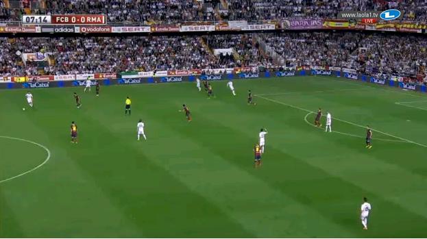 In dieser Situation verschieben die Achter Barcelonas hoch und weit auf die Seite, Busquets sichert die Mitte allein.