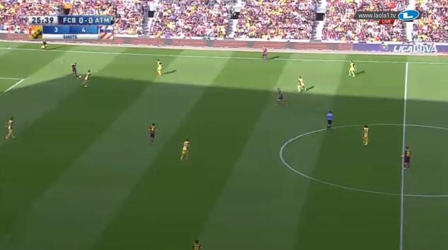 Sehr aggressives hohes Zustellen, dafür aber weite Öffnung der ballfernen Räume. Hier führt ein langer Ball auf die andere Seite zu einer späteren Chance für Pedro.