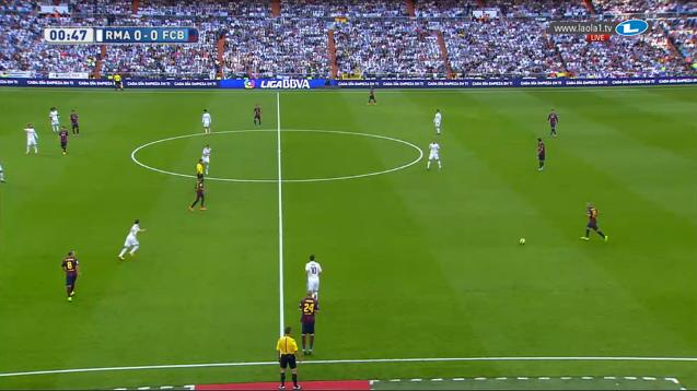 Cristiano als Mittelstürmer vorne. Manchmal presst Real aber nicht im 4-4-1-1/4-4-2, sondern auch im 4-1-3-2 oder im 4-3-3 in dieser Saison.