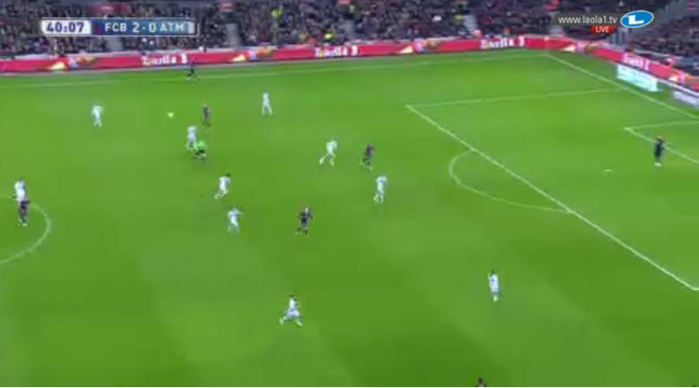 Atlético im 4-5-1 und eine der vielen Verlagerungen auf Messi.