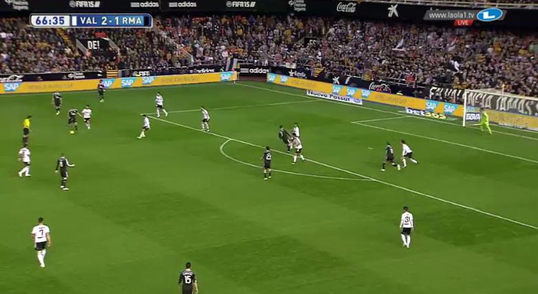 Eine pendelnde Viererkette bei Valencia. Hier wirkt die Formation fast schon wie ein 4-4-2. Das war aber ein überraschend seltener Anblick, wie die kommenden Screenshots zeigen.