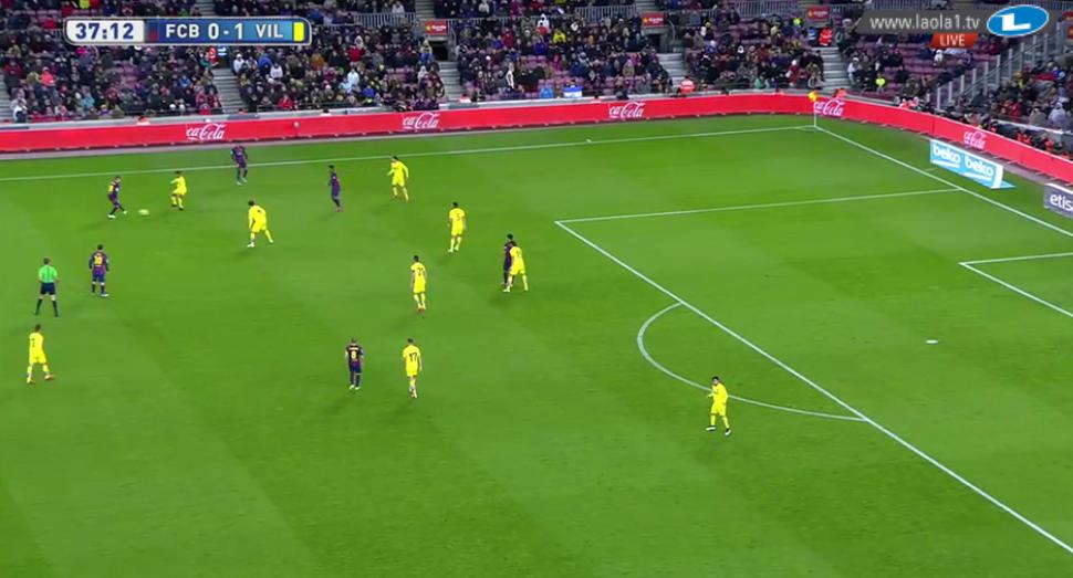 Barcelona überlädt die Zone und kann dadurch kombinieren. Der Ball wird zwar verloren gehen, durch die Überladung und geringen Abstände erhalten sie den Ball im Gegenpressing sofort wieder.