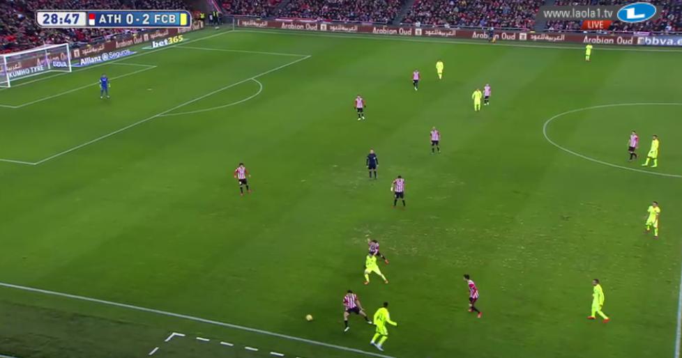 Messi überlädt auf der rechten Seite. Freirolle pur. Viele Positionswechsel mit Suarez ermöglichen das.
