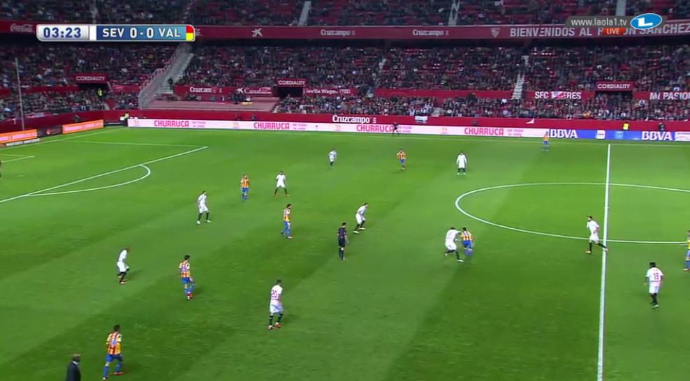 Sevilla rückte ebenfalls mannorientiert heraus, aber nur vereinzelt und mit einzelnen Spielern. Die anderen bleiben in ihrer Position und sichern die Formation.