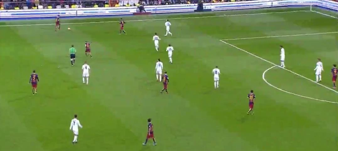 Dreieck auf links, flexible Bewegungen - hier sogar ohne Flügelbesetzung - auf rechts. Gängige Muster bei Barcelona.