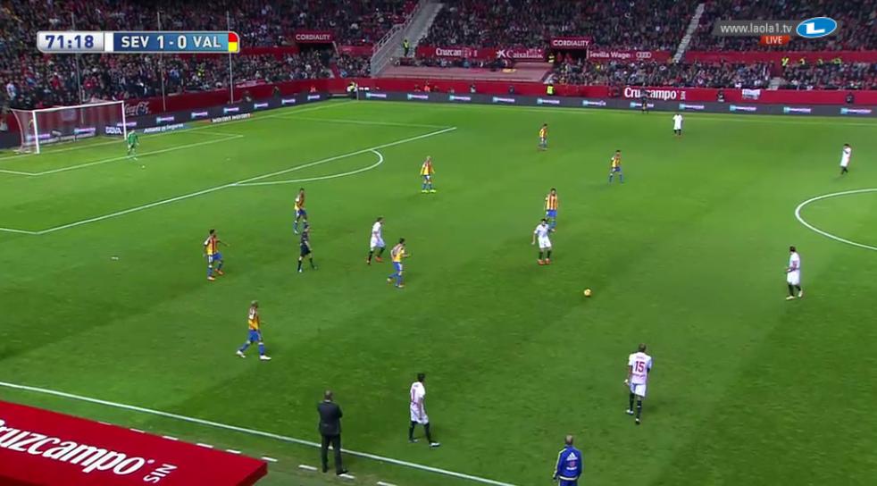 Gegen das 4-4-(0-)1 Valencias kann Sevilla den Ball unter Druck problemlos zurückspielen und schnell verlagern, ohne gepresst zu werden oder zurückweichen zu müssen.