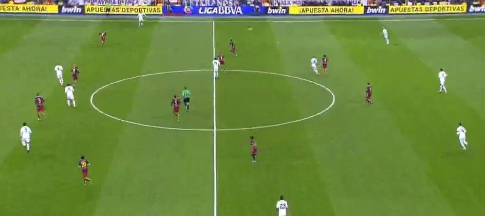 Sergi Roberto übernimmt intelligent und flexibel Alves' Position nach Ballverlust.