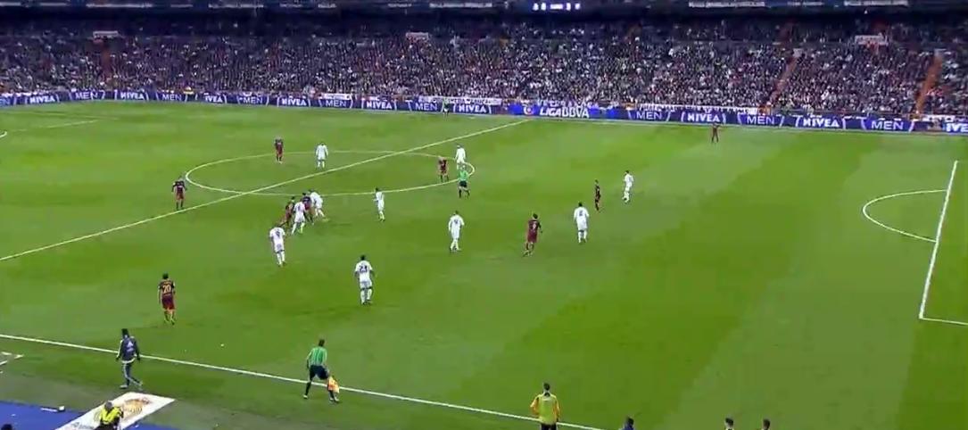 Ein Beispiel für individuelle Qualität: Messi zerspielt einfach die Drucksituation mit einem raumgewinnenden Pass, Alba(!) legt direkt auf Suarez in den offenen Raum ab. 0:4.