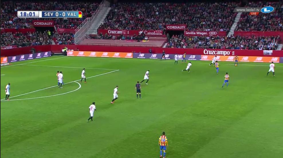 Hier sehen wir einerseits, dass Valencia keine passende Struktur und Zwischenlinienraumbesetzung hat, andererseits Sevilla dadurch auch die Schnittstellen in den Halbräumen durch das Herausrückcen des Innenverteidigers öffnen kann.