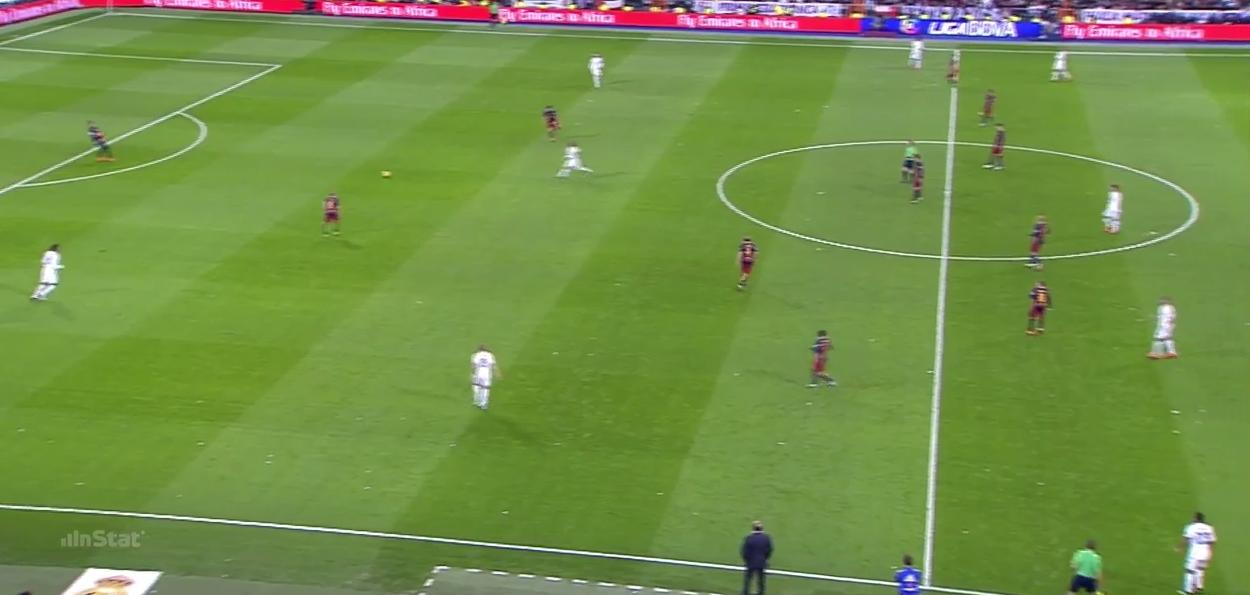 Mehrere Spieler stehen im Abseits, dahinter klaffen große Löcher. Wenige Sekunden später trifft Neymar.