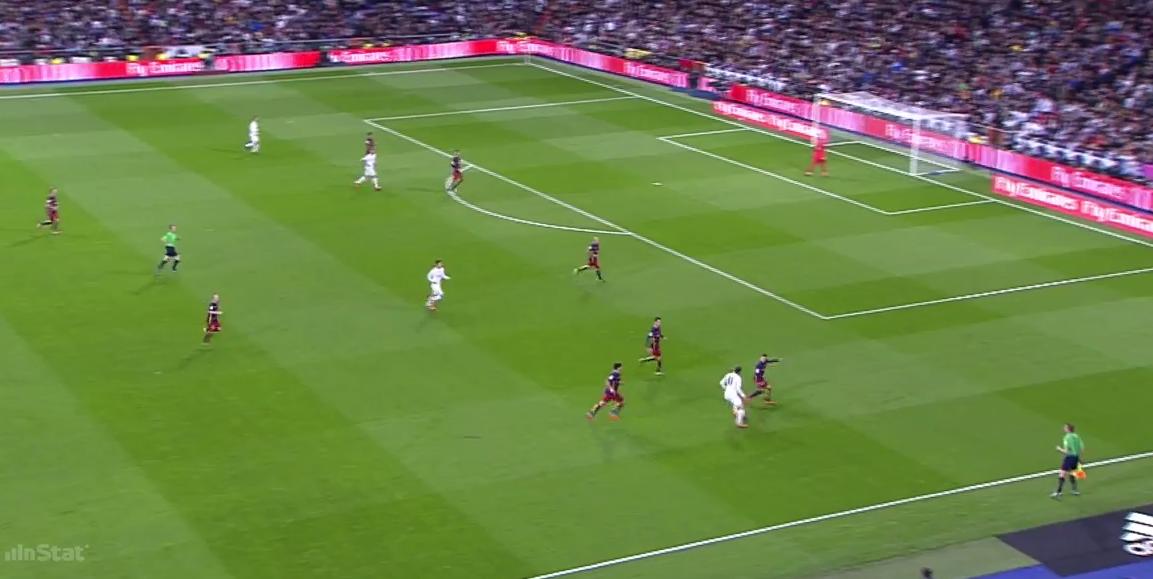Quasi eine 6-0-4-Staffelung, in der Bale ein isoliertes Dribbing suchen muss.