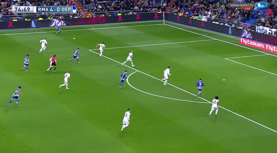 Auch als James für Isco kam, änderte sich wenig. Hier ein Beispiel für eine Staffelung, wo Bale nach hinten hilft, Cristiano aber nicht und James mehr Raum abzudecken hat.