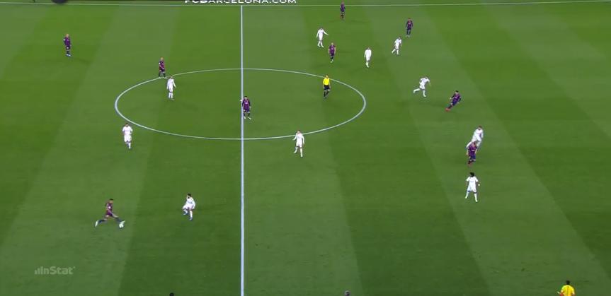 Interessant ist hier die Positionierung von Alves, Rakitic, Messi und Suarez.