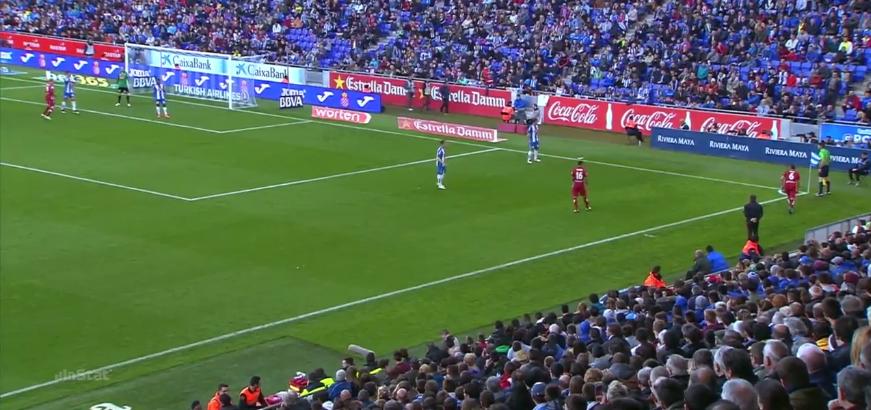 Atlético stellt auch oft eine Anspielstation für Kurzpässe ab. Geht ein Gegenspieler aggressiv mit, ist ein Gegenspieler weniger im Strafraum. Geht keiner mit, kann man zu einem 2-gegen-1, einer aufgelegten, tornäheren Flanke oder einem Durchbruch über die Seite ansetzen.