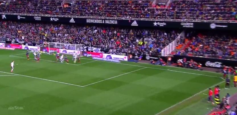 Atléticos Spiel mit den Sichtfeldern. Einige Spieler laufen Richtung Ball, werden von Gegnern verfolgt. Es öffnet Räume am zweiten Pfosten. Ein Spieler setzt sich im Rücken seines Gegenspielers ab. Er erhält eine Weiterleitung und trifft.
