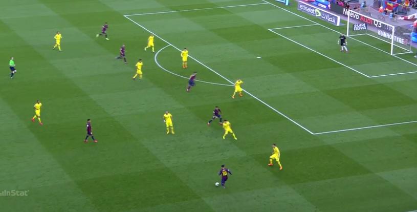Ein Diagonalball auf Suarez mit lauerndem Neymar. Messi überspielt direkt die gesamte gegn. Formation.