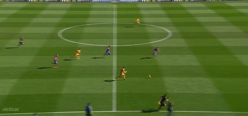 Gefahr beim Zocken und geringer Absicherung dagegen: Messi macht ein erfolgreiches Dribbling und spielt den Querpass auf den komplett freien Mitspieler. Tor!